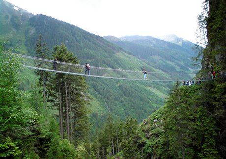 Rakousko, Štýrsko. Lávka nad soutěskou vodopádu Riesachwasserfall