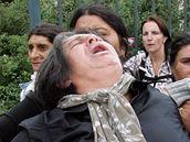 Rumuni truchlící před Vinohradskou nemocnicí. (4. srpna 2009)