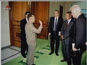 Severokorejská televize odvysílala záběry ze setkání Billa Clintona a Kim Čong-ila (4. srpna 2009)