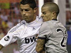 Cristiano Ronaldo z Realu Madrid (vlevo) bojuje se Sebastianem Giovincem z Juventusu