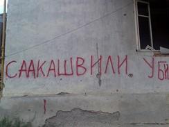 Saakašvili je vrah - časté nápisy na zničených domech