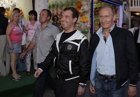 Prezident Medveděv a jeho předseda vlády na procházce po Soči (13.8.2009)