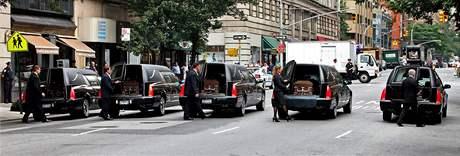 Rakve s ostatky pěti italských turistů, kteří nepřežili srážku letadla s helikoptérou nad New Yorkem. (12. srpna 209)