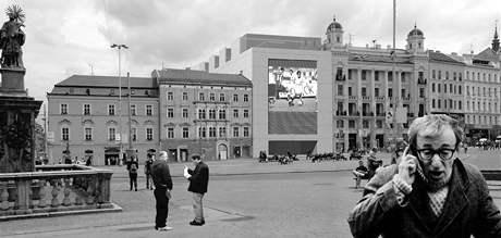 Obří obrazovka mohla vévodit náměstí Svobody. (2002)