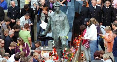 Desítky lidí nosili květiny k soše horníků na náměstí v Handlové.