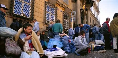 Východoněmečtí uprchlíci před německou ambasádou v Praze. (4. října 1989)