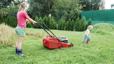 Nikdy nenechávejte při sekání po zahradě běhat malé děti