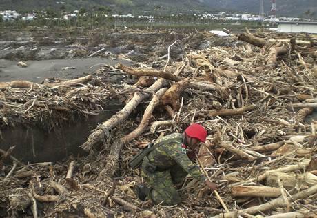 Voják odklízí trosky ve vesnici Šao Lin na Tchaj-wanu