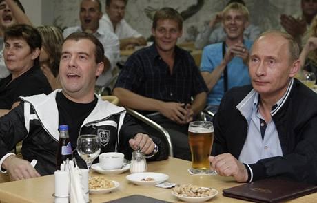 Prezident Medveděv a premiér Putin sledují fotbalový zápas během dovolené v Soči (13.8.2009)
