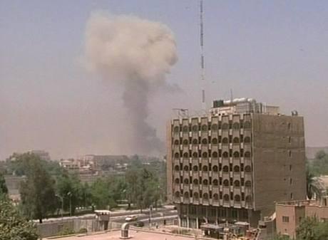 Výbuchy se ozývaly i nedaleko budovy iráckého parlamentu (19.8. 2009)