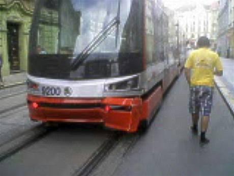 Tramvaj ForCity 15T poškozená po nehodě v Nuselské ulici (14. 8. 2009)