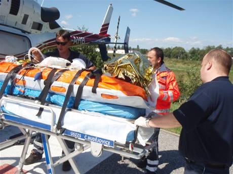 Zdravotníci u dívky zraněné po pádu cessny do Otavy u Strakonic