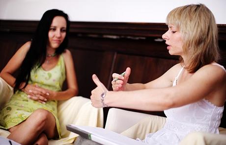 Sexcoaching - klientka (vlevo) popisuje své problémy, sexcoach je analyzuje a navrhuje řešení