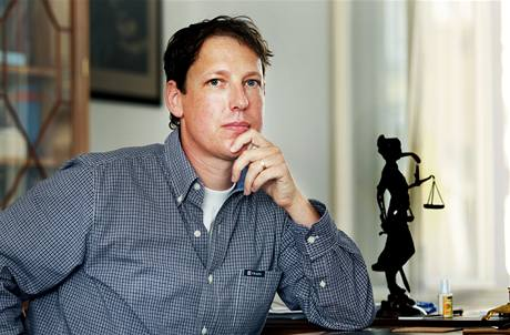 Stanislav Gross předá rigorózní práci z plzeňských práv znalecké laboratoři, aby potvrdila, že ji napsal v roce 2004.
