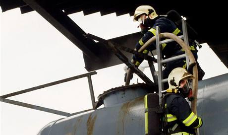 Chrudimští hasiči zasahovali u výbuchu nádrže ve Slatiňanech. (11. srpna 2009)