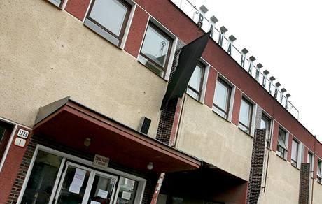 Na budově dolu Handlová visí smuteční vlajka. (11. srpna 2009)