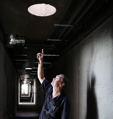 Světlovody čekají na instalaci. Světlo,které jimi přichází, však podle architekta Hlaváčka pro obytné místnosti nestačí