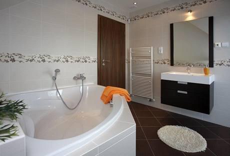Koupelny v domě zkrášlují italské keramické obklady La Futura a sanitární keramika Ideal Standard