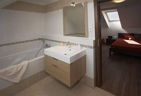 Rodiče mají vlastní koupelnu, která přímo navazuje na ložnici