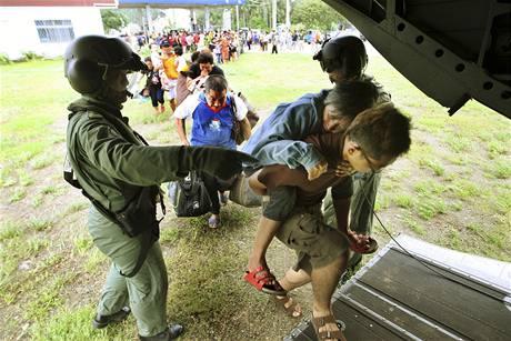 Tchajwanští záchranáři evakuují tisíce lidí, které odřízl tajfun Morakot od okolního světa (14. srpna 2009)