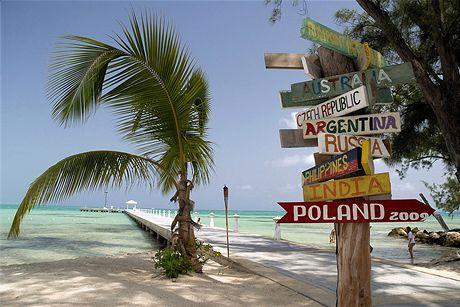 Kajmanské ostrovy, molo a rozcestník na Rum Point