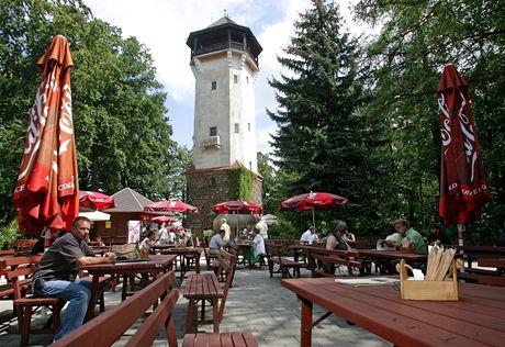 Výletní restaurace Diana s rozhlednou na kopci nad Karlovými Vary