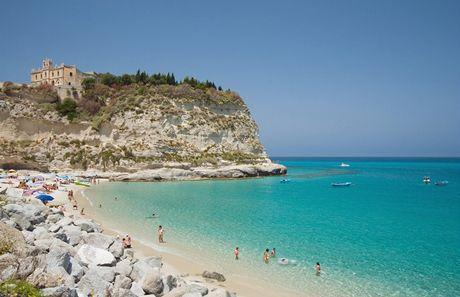Itálie, Kalábrie, pláž La Marina dell'Isola Bella