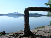 Máchovo jezero s hradem Bezděz