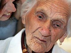 Nejstarší obyvatelka Brna stopětiletá Filoména Cejnarová oslavila narozeniny v hotelu Santon i s rodinou. Do ucha jí mluví pravnučka Hana Pumrlová