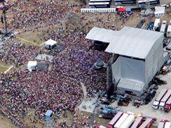 Letecký pohled na místo Madonnina koncertu. (13. srpna 2009)