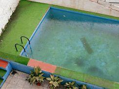 """Jakmile je voda zeleně zamlžená a stěny a dno bazénu slizké, musíte nejprve upravit hodnotu pH na 7,2 až 7,6, poté aplikovat """"šokovou"""" dezinfekci a protiřasový roztok a nepřetržitě filtrovat..."""