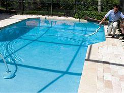 O čistotu vody i stěn bazénu se vyplatí pečovat průběžně, vyhnete se nepříjemným překvapením