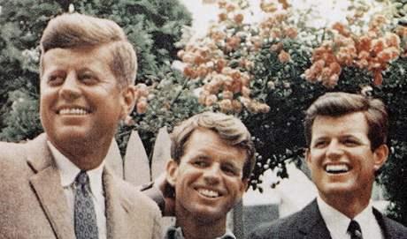 Bratři Kennedyové na nedatovaném snímku. Vlevo JFK, uprostřed Robert a vpravo Edward