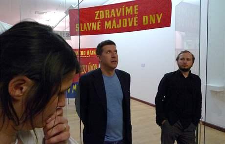 Kurátoři Vít Havránek (vlevo) a Zbyněk Baladrán před vstupem do expozice Monument transformace.