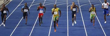 Usain Bolt (uprostřed ve žlutém) si běží pro světový rekord na 200 metrů