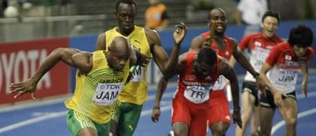 Jamajské zlato ze štafety: Usain Bolt předává kolík Asafa Powellovi