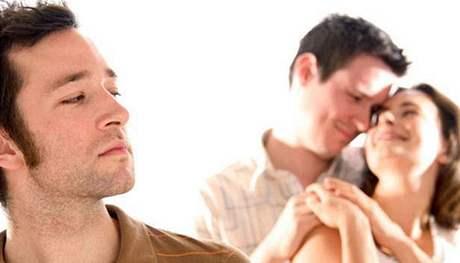 Muži někdy bývají překvapivě nevšímaví, takže partnerce prochází nevěra dlouho