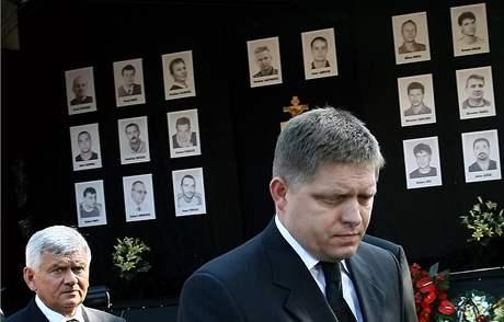 Na veřejné rozloučení s dvaceti horníky, kteří zahynuli v dole Handlová při výbuchu, dorazil i premiér Robert Fico. (20. srpna 2009)