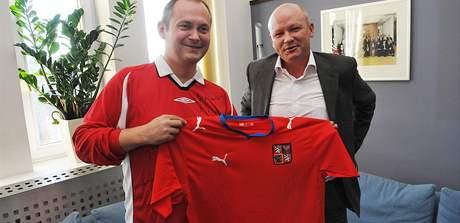 Hejtman Michal Hašek a předseda Českomoravského fotbalového svau Ivan Hašek při soukromém setkání v Brně. (20. 8. 2009)