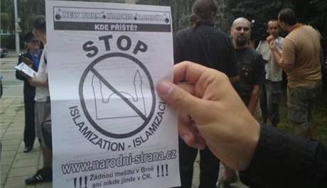 Leták radikálů před brněnskou mešitou. Sešlo se jich osm