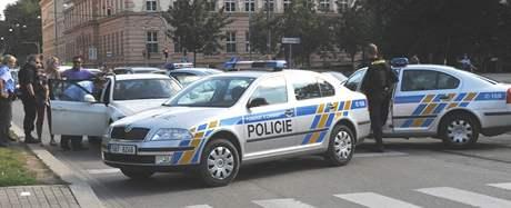 Pět policejních vozů zablokovalo na ulici Husové v centru města bíly vůz BMV