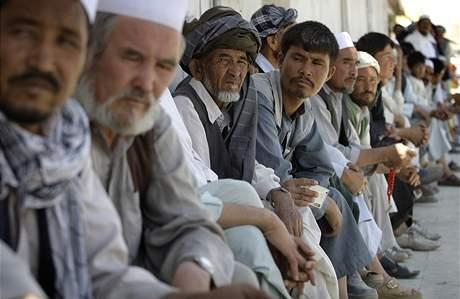 Před volebními místnostmi v Afghánistánu se stojí dlouhé fronty (20. srpna 2009)