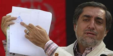 Největší soupeř Hamída Karzáího Abdulláh Abdulláh ukazuje zfalšovaná volební lístek (25. srpna 2009)
