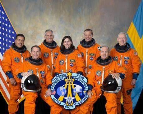 Posádka raketoplánu Discovery, který má k vesmírné stanici odstartovat v úterý.
