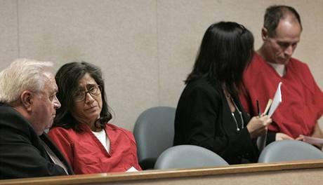 Phillip Garrido se svou ženou Nancy (oba v červeném) u soudu, kde byli obžalováni z 29 trestných činů. (28.8.2009)