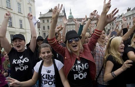 Fanoušci Michaela Jacksona oslavili zpěvákovy nedožité 51. narozeniny tancem v ulicích Prahy.