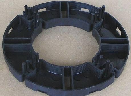 Kroužky se vyrábějí s trny vymezující mezery mezi jednotlivými dlaždicemi