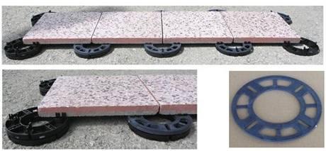 Podložky lze postupně přidávat, takže podklad je vyspádovaný, ale dlažba vodorovná
