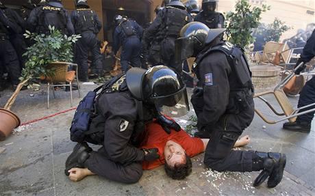 Zásah policie proti srbským fanouškům na Můstku
