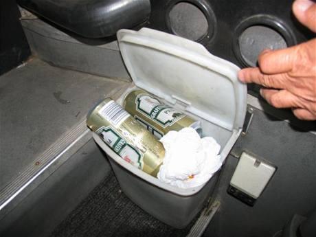 Obaly od piva, které police našla v ukradeném autobuse v Pardubicích
